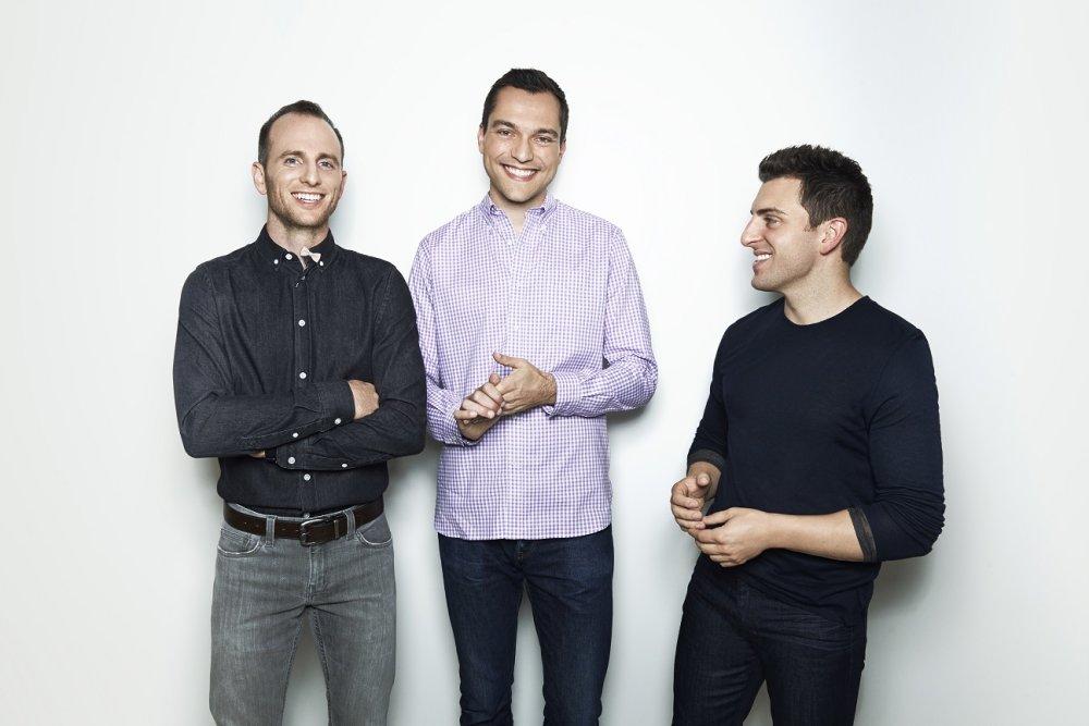 Zakladatelia Airbnb. Vpravo Joe Gebbia, vľavo Brian Chesky a medzi nimi Nathan Blecharczyk, ktorý sa k nim pridal. Foto - Airbnb