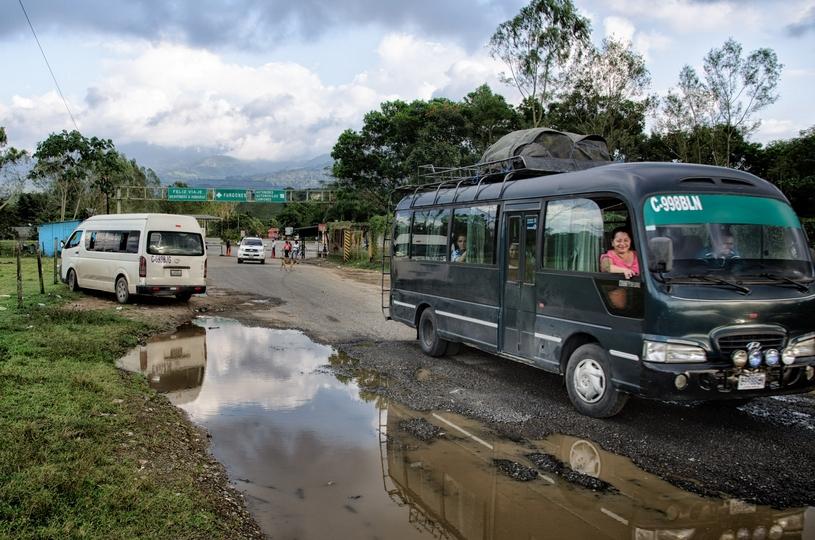 Hraničný priechod Corinto: cez deň ospalá prestupná stanica pre nádenníkov z Hondurasu. Foto - Tomáš Forró
