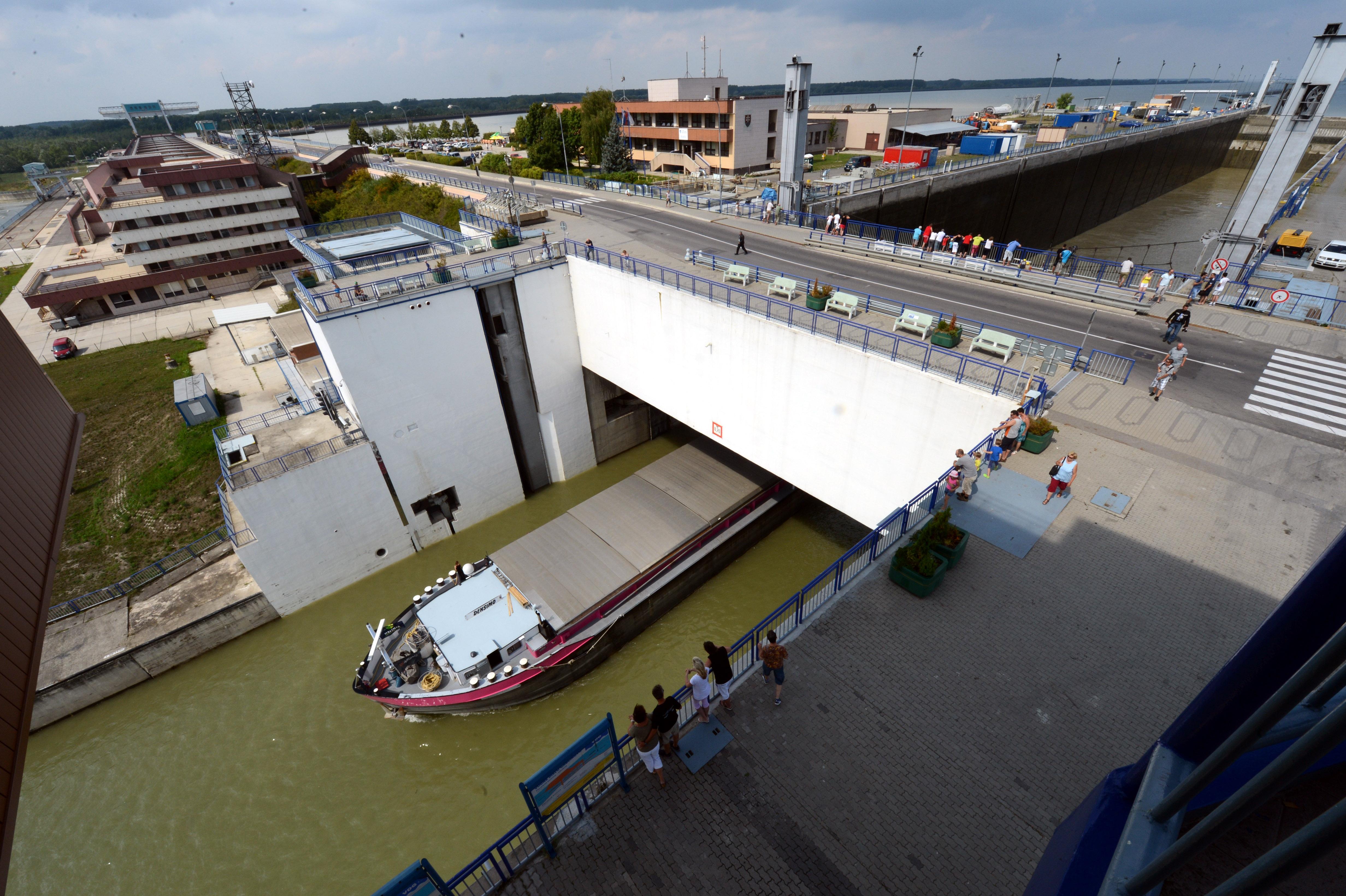 Po sobotòajšej (2.augusta 2014) obnove prevádzky plavebnej komory Vodného diela Gabèíkovo (VDG) prešlo tadia¾ poèas uplynulej noci 80 plavidiel pod¾a informácií hovorkyòe Vodohospodárskej výstavby, š. p., Diany Miga¾ovej Baschierovej. Plavbu na Dunaji obnovili po uvedení do prevádzky pravej plavebnej komory, ktorá bola zatvorená od utorka (29.júla 2014). Opravu poškodených vrát pravej plavebnej komory úspešne ukonèili v sobotu veèer. Technikom sa napriek komplikovaným podmienkam podarilo odstráni poruchu ložísk, ktorá spôsobovala vychy¾ovanie vrát. Na snímke plaviaca sa loï na dolnej rejde z pravej plavebnej komory Vodného diela Gabèíkovo (VDG) 3. augusta 2014. FOTO TASR – Štefan Puškáš