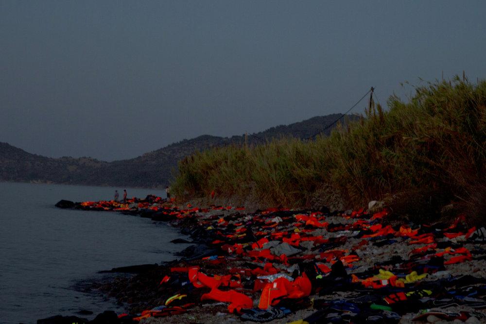 Pláž na gréckom Lesbose plná záchranných viest, ktoré tu nechali utečenci po plavbe z Turecka. Foto - AP