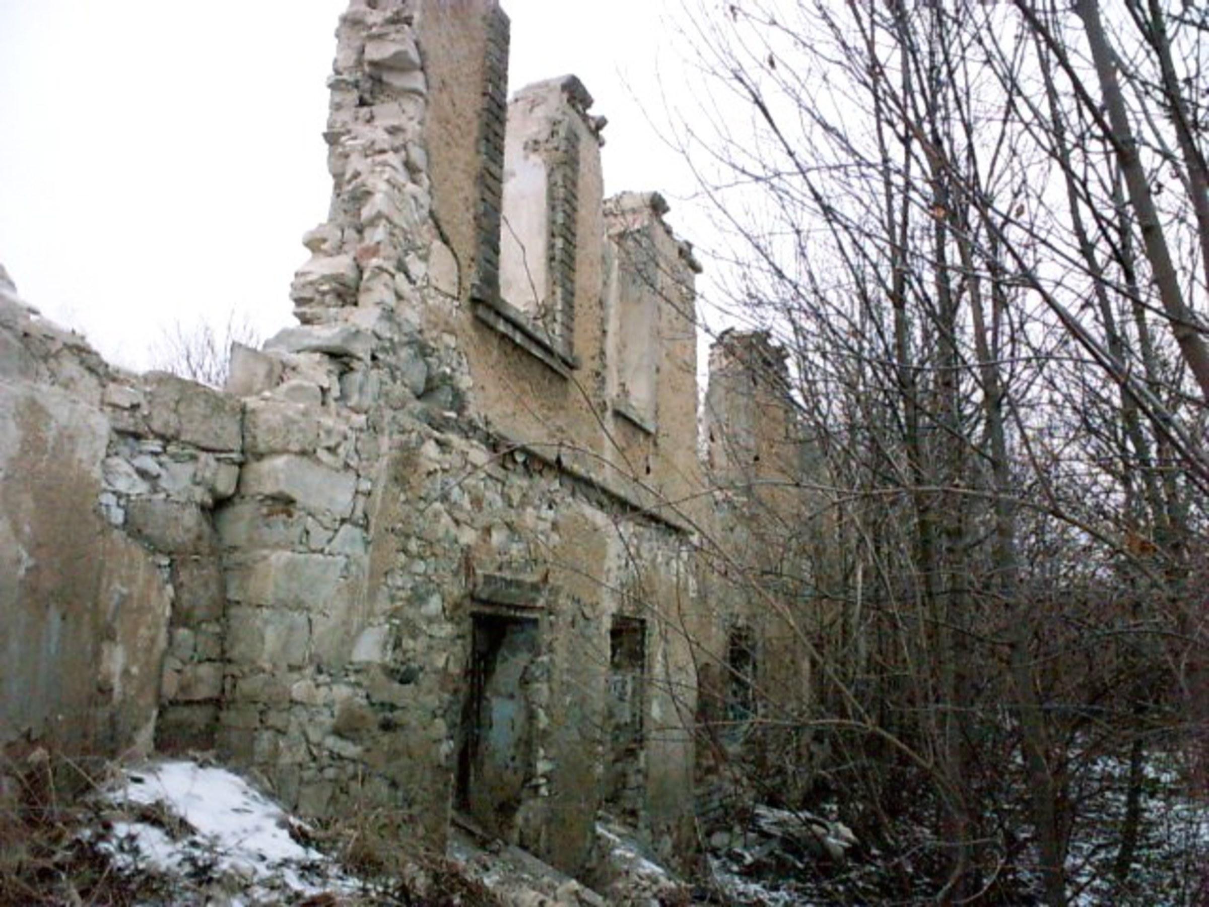 Ruiny hospodárskej budovy. Foto - Post Bellum