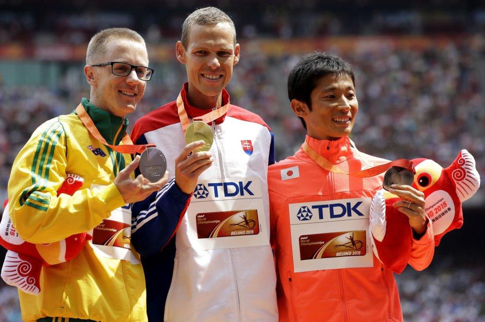 Slovenský chodec Matej Tóth so zlatou medailou. Foto - TASR/AP
