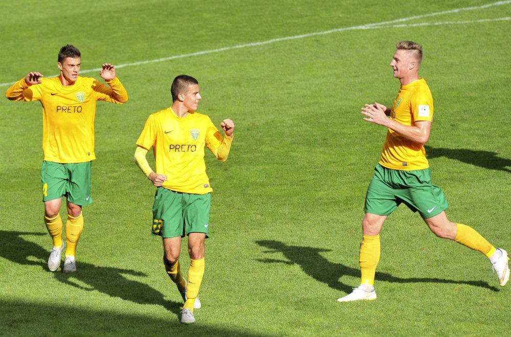 Bénes (uprostred) sa teší z gólu Michalovciam. Foto - TASR