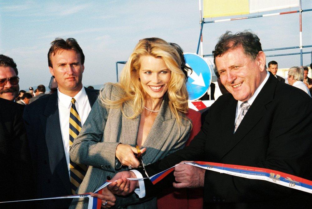 Nemecká topmodelka Claudia Schiffer pred voľbami v roku 1998 strihala s Mečiarom pásky na diaľničnom úseku, vľavo je šéf ochranky Juraj Zábojník. foto-TASR
