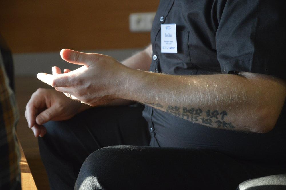 Keď Tom rozpráva o svojom príbehu, ukazuje aj staré tetovanie na rukách. Foto - Zora Pauliniová