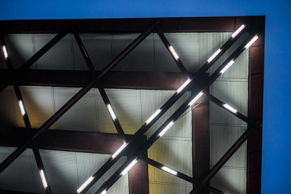 ATK! / ARC – Architektonické Centrum Rehabilitácie / BE, svetelná architektúra a hudba na budove Slovenského rozhlasu. Foto - BN