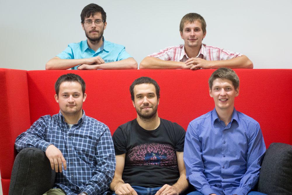 Autori aplikácie Spine Hero. Hore Matej Leško a Jozef Staňo, dole Jozef Gáborík, vyučujúci Jakub Šimko a Jakub Mačina. Foto N - Vladimír Šimíček