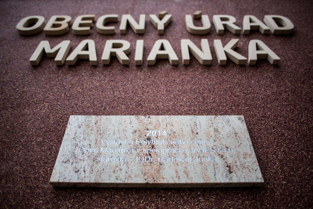 Starosta dal svoje meno vyryť aj na kamenné tabuľky. Foto N - Vladimír Šimíček