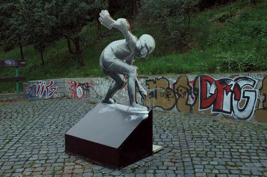 Jaroslav Hladký –Skateboardista (1982): Na tú dobu nadčasové dielo pravdepodobne prvýkrát zobrazujúceho skateboardistu v Európe.