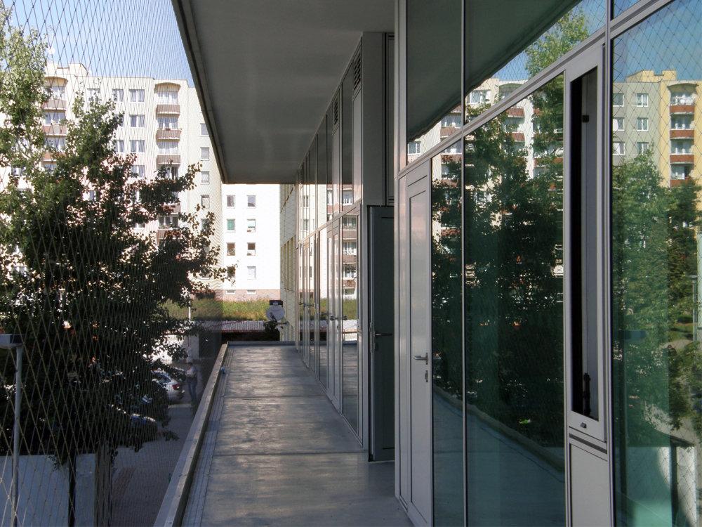 Na najväčšom panelovom sídlisku Máj v Českých Budějoviciach realizovali architekti projekt komunitného centra, ktorý je súčasťou širšieho projektu regenerácie sídliska, z väčšej časti financovaného z prostriedkov Európskeho fondu pre regionálny rozvoj. Päťpodlažný kompaktný objekt s ihriskom na streche, komunikačnými a pobytovými poloverejnými priestormi na obvode, prepojenými s verejným priestorom nového trhového námestia, je určený pre služby sociálnej starostlivosti zamerané na deti a mládež, sociálne poradenstvo a ďalšie služby obyvateľom sídliska. V prostredí farebnej rozmanitosti danej vzorkovníkmi zatepľovacích systémov pracuje vo svojom výraze predovšetkým s aktivitami na obvode objektu na rozhraní medzi interiérom a exteriérom a zeleňou, ktorá by sa mala v priebehu niekoľkých rokov stať hlavným stavebným materiálom vytvárajúcim mikroklímu nového komunitného centra. Foto - SLLA architekti