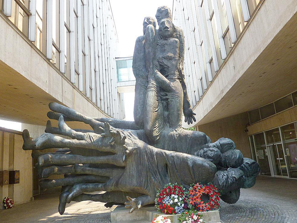 Jozef Jankovič – Obete Varujú (1969): Keď sa stal autor v roku 1974 nepohodlným, bol jeho monumentálny pomník premiestený na odľahlé miesto v Kaliští. Na svoje pôvodné miesto, do Múzea SNP, bolo vrátené až v roku 2004.
