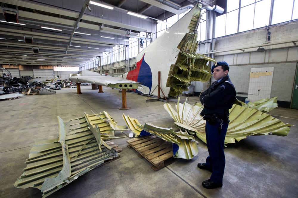 Poskladané kúsky boeingu v holandskom hangári. FOTO - TASR/AP