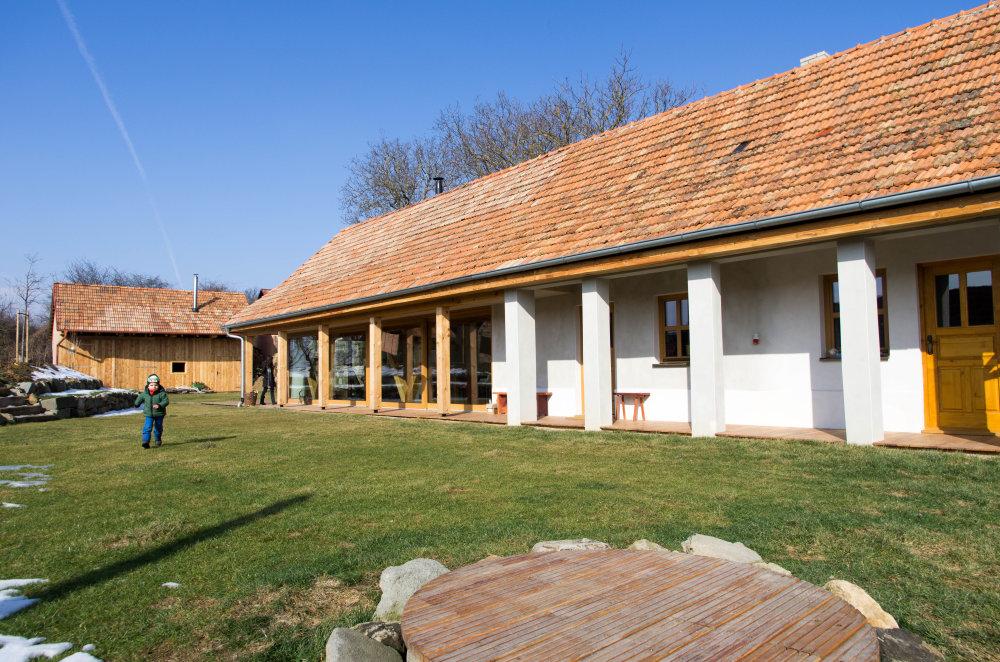Dom v Jabloňovciach je tradičná stavba vytvorená miestnymi ľuďmi z lokálnych materiálov. Tomu sa podriaďuje aj projekt rekonštrukcie, ktorého cieľom bolo vytvoriť príjemné prostredie spĺňajúce dnešné požiadavky na bývanie. K pôvodnému domu pristupovali s rešpektom, ale bez strachu. Prístavba je sebavedomým doplnením starého domu, s ktorým tvorí harmonický celok. Výsledkom je moderný dom, ktorý ale nestratil čaro lokálnej architektúry. Foto - Matej Mihalič