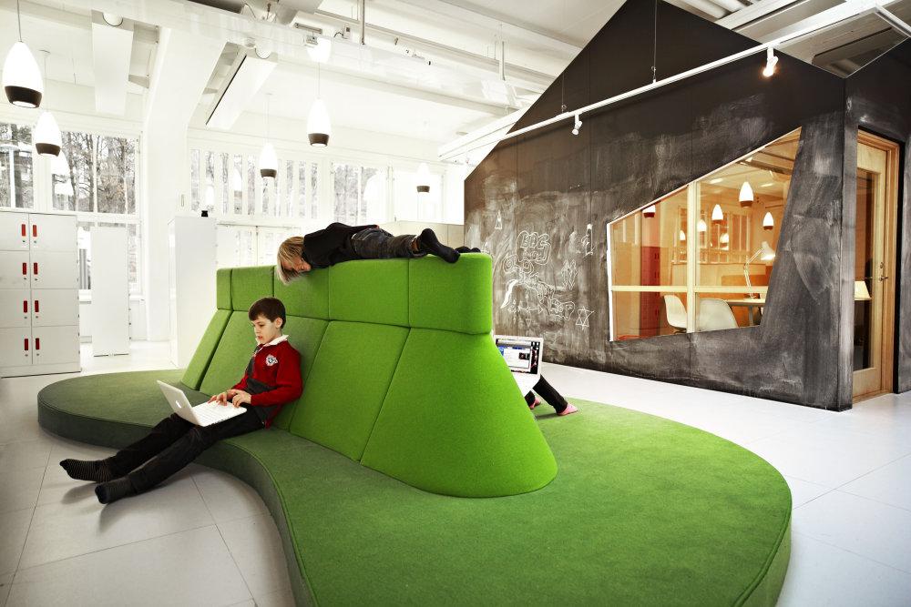 Interiér švédskej školy Vittra Telefonplan od Rosan Bosh využíva rôzne typy prostredia vo vnútri školy. Uzatvorené miestnosti sa striedajú s otvoreným priestorom. Foto - Kim Wendt.