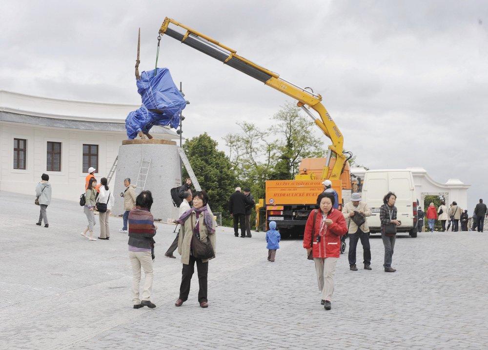Socha kráľa Svätopluka od utorka 1. júna 2010 dotvára priestor hlavného nádvoria Bratislavského hradu. Slávnostne ju odhalia v nedeľu 6. júna 2010. Autorom modelu sochy Svätopluka je akademický sochár Ján Kulich , ktorý ju aj s autorskými právami daroval Národnej rade SR. Socha je postavená na žulovom podstavci a je vysoká 7,8 metra, odliata z bronzu. Umiestnená je na hlavnom nádvorí pred vstupom do hradného objektu. Iniciátom postavenia sochy je občianske združenie Svätopluk , ktoré založili traja najvyšší ústavní činitelia , prezident Ivan Gašparovič , predseda Národnej rady SR Pavol Paška a predseda vlády SR Robert Fico. Na snímke osadzovanie sochy na žulový podstavec na nádvorí Bratislavského hradu 1. júna 2010. Foto - TASR