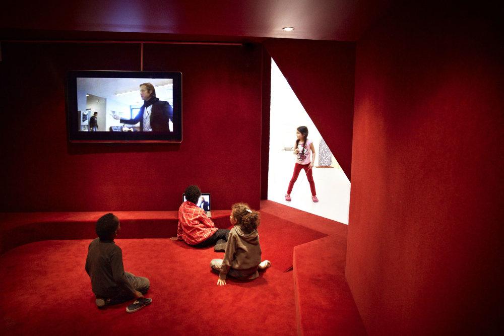 Uzatvorené miestnosti slúžia na premietanie alebo prácu v malých skupinách. Foto - Kim Wendt.