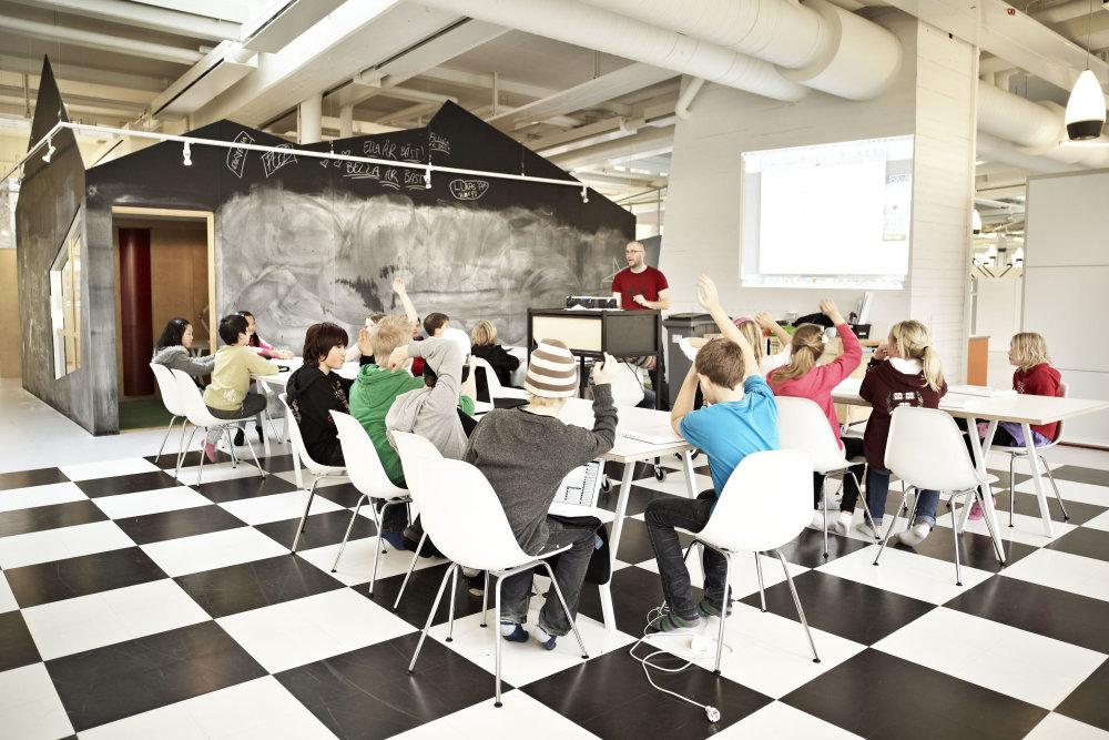 Jedáleň vo švédskej Vittra school Telefonplan od dizajnérky Rosan Bosch. Foto - Kim Wendt.