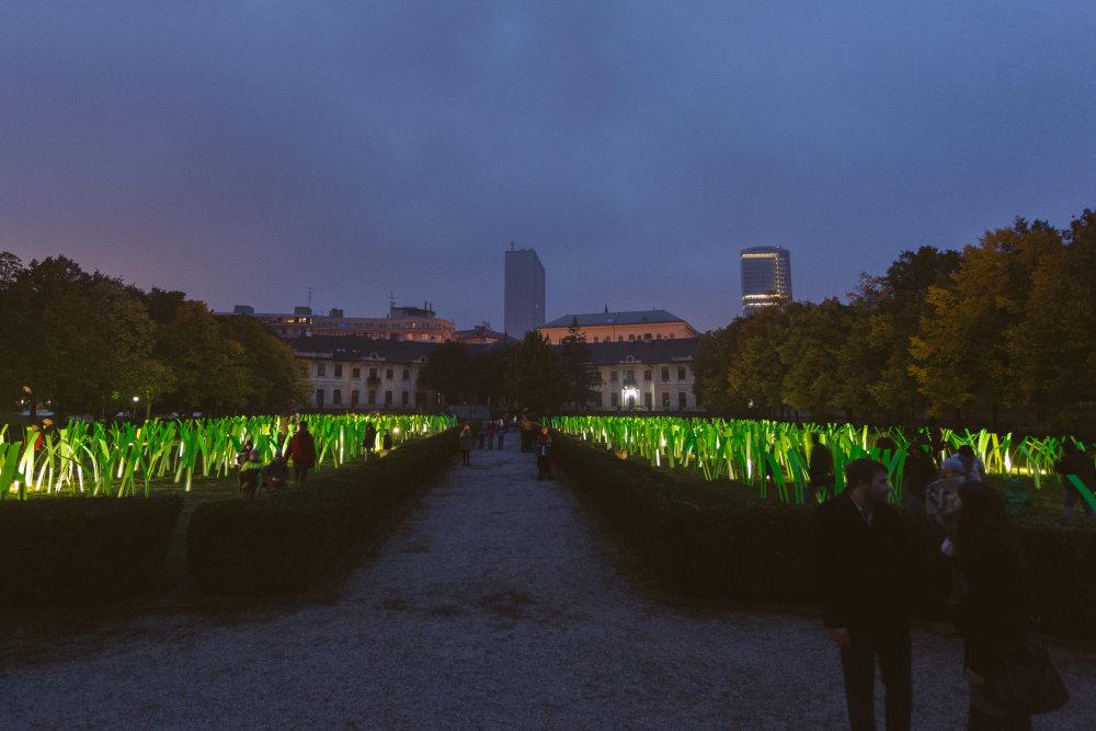 Vincent Leroy / Mechanické pole / FR, priestorová svetelná inštalácia v Medickej záhrade. Foto - Petra Rjabininová