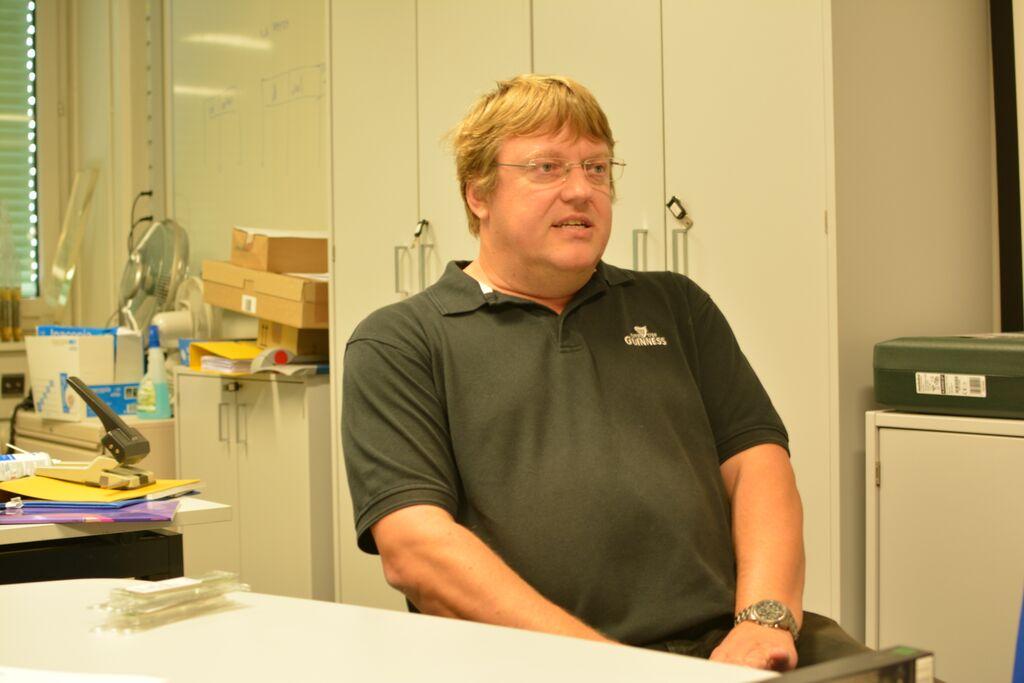 Peter Chochula je zodpovedný za kontrolný a bezpečnostný systém experimentu ALICE.Vysvetlil nám základy fyziky skúmanej v CERNe. FOTO – Martina Hestericová