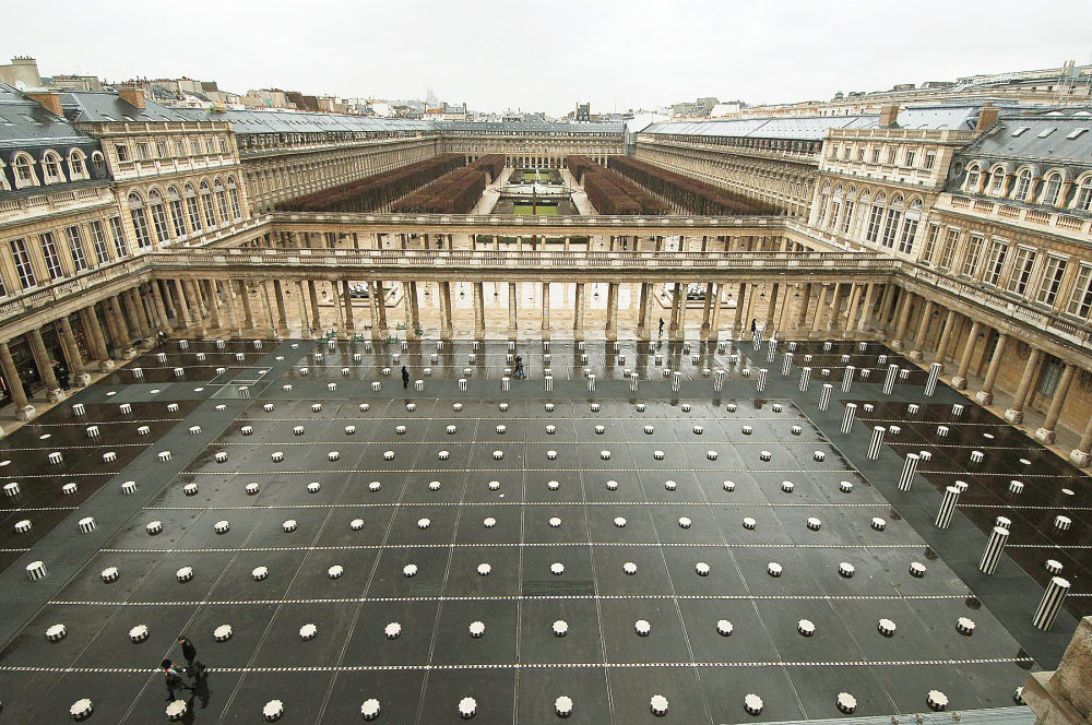 Daniel Buren – Les Deux Plateaux (1986): Na svoju dobu ide o kontroverzné a nadčasové dielo, najmä vďaka lokalite – nachádza v historickom Kráľovskom Paláci v Paríži, kde nahradilo pôvodné parkovisko.