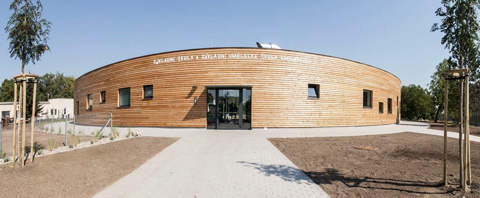 V septembri otvorila česká obec Líbeznice novú školu – navrhlo ju štúdio Projektil architekti, grafickí dizajnéri KULTIVAR sa postarali o koncept slnečnej sústavy, ktorý pomáha s orientáciou v budove, navrhli aj špeciálne písmo Lucius pre potreby školy.