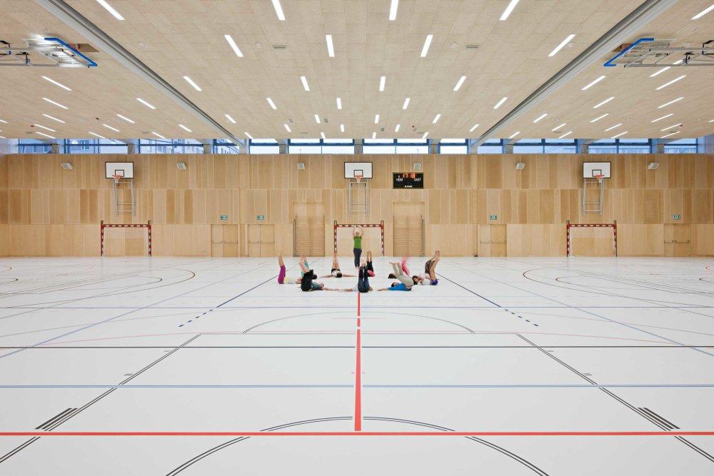 Telocvična vo videnskej škole od architektov PPAG. Škola funguje v jednoduchej štruktúre zhlukov samostatných tried a spoločných priestrov, kde dochádza k interakcii detí rôzneho veku. Foto - Hertha Hurnaus.