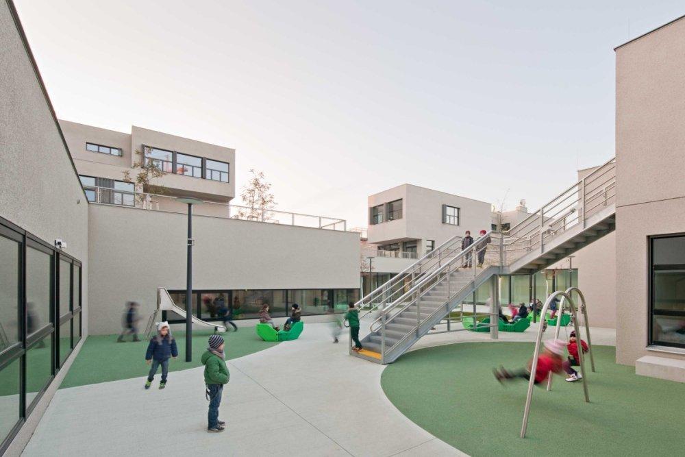 Bloky budov sú prepojené dvormi, kde sa dá hrať v každom ročnom období. Foto - Hertha Hurnaus