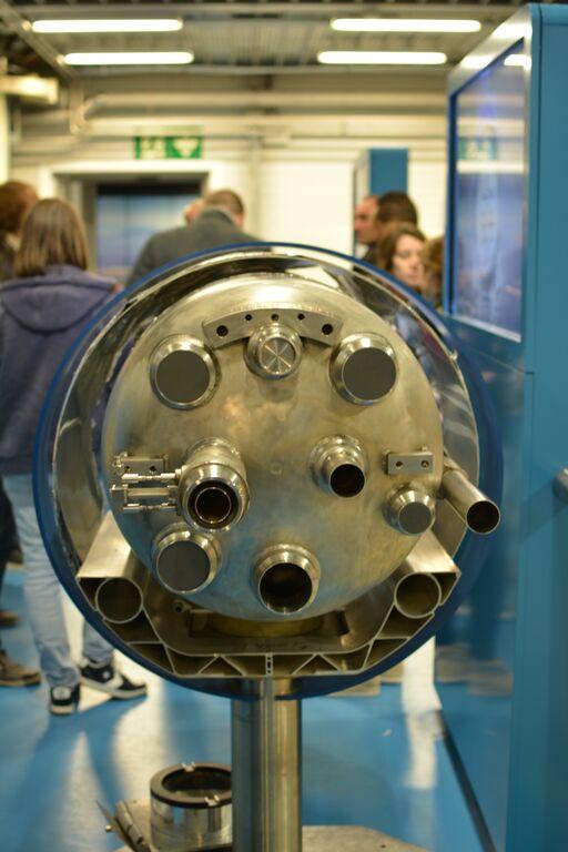 Prierez trubicou urýchľovača LHC v hale SM18. FOTO – Marcel Serina