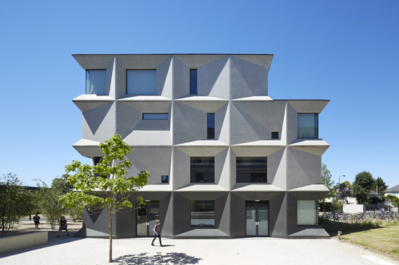 Dievčenská škola Burntwood School získala tento rok najvyššie architektonické ocenenie v Británii – Stirlingovu cenu. Pôvodný modernistický komplex z roku 1950 dopĺňal a rekonštruoval ateliér AHMM. Foto - Rob Parrish