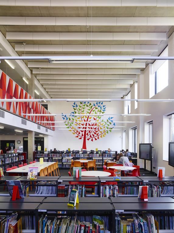 Vyučovacie pavilóny či nová športová hala sa snažia čo najviac využívať denné svetlo prostredníctvom strešných svetlíkov. Foto - Timothy Soar