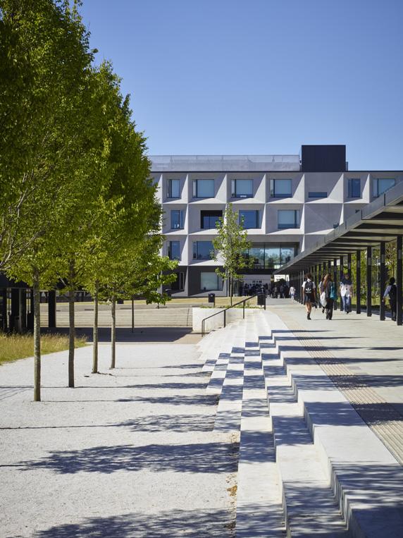 Dievčenskú školu navštevuje dvetisíc študentiek, zamestnáva asi dvesto pedagógov. Pôvodná budova bola doplnená šiestimi novými pavilónmi, ktoré spája vnútorná centrálna pešia zóna. Foto - Timothy Soar