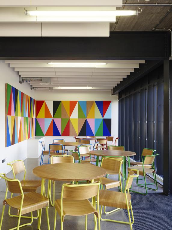 Celkové náklady na Burnwood School dosiahli 40,9 milióna libier. Všetky detaily si môžete pozrieť na stránke ateliéru AHMM. Foto - Timothy Soar