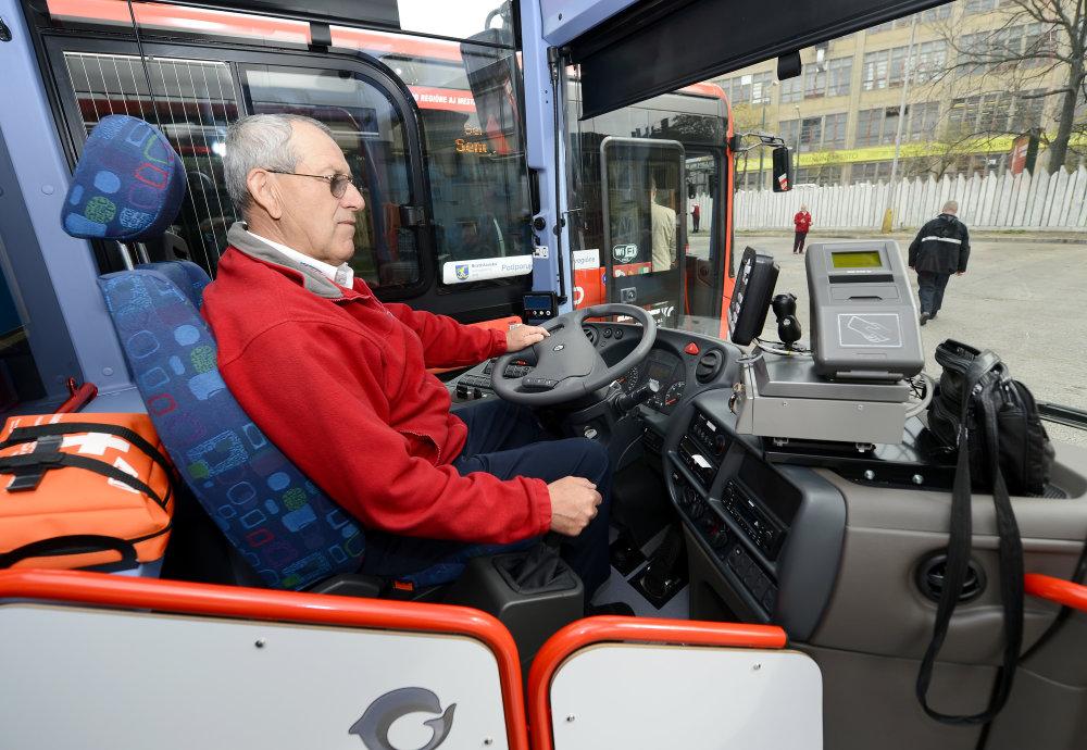 """Starší vodiči autobusov odchádzajú do penzie, nemá ich však kto nahradiť. Z vodičov autobusov sa stáva """"nedostatkový tovar"""". Foto - TASR"""