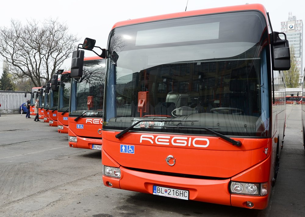 Pozor na správny autobus, prímestský lístok pre integrovanú dopravu vám predajú len v červených autobusoch Slovak Lines. Foto - TASR