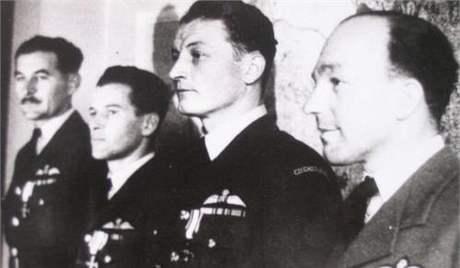 Vyznamenávanie v RAF. Foto - archív Imricha Gablecha