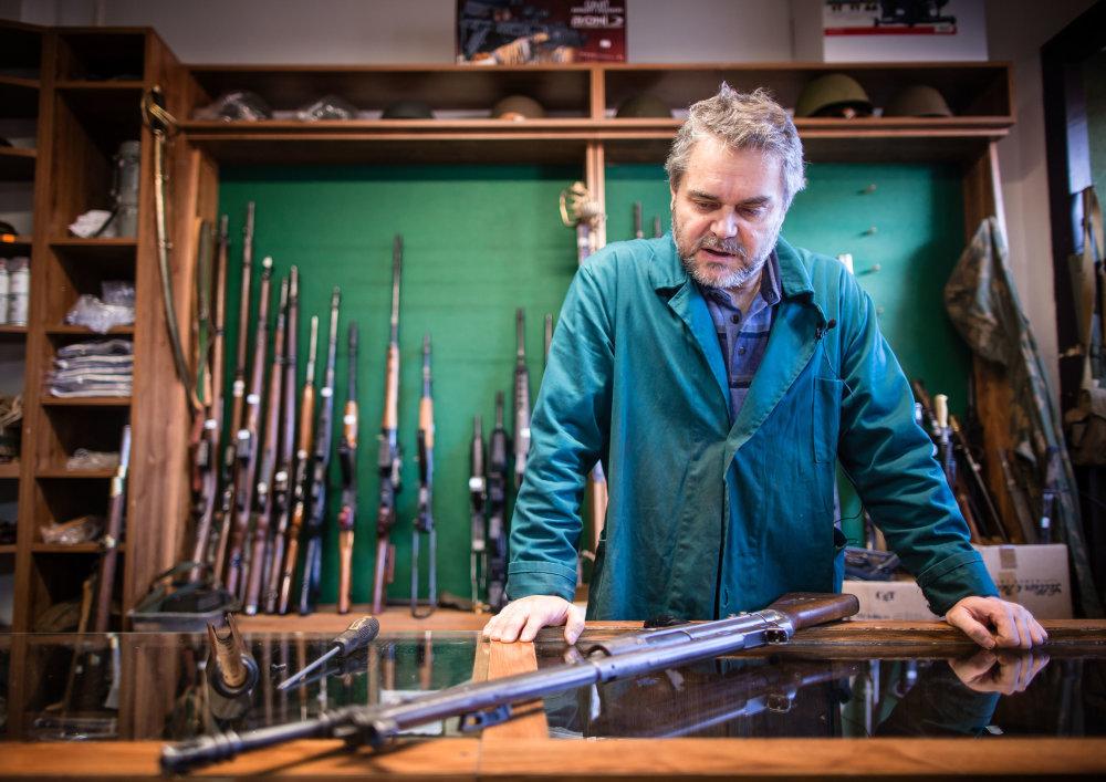 Bratislava, 25.11. 2015. Puškár Peter Kovács predvádza expanznú zbraň. Foto N - Tomáš Benedikovič