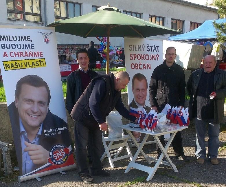 SNS pracuje sa snaží byť na očiach po celom Slovensku, na apríli mala svoj stánok napríklad na jarmoku vo Vrbovom. Foto - SNS