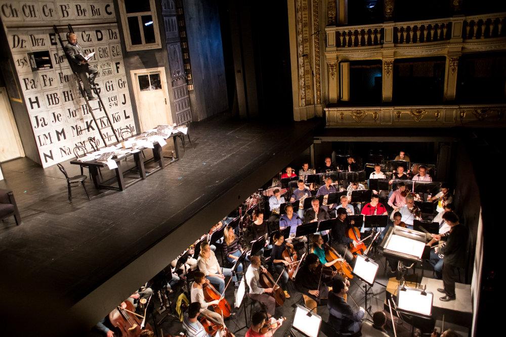 Scéna opery Vec Makropulos je špičková (je dielom nemeckého výtvarníka Helmuta Bradeho). Orchester teraz musí dokázať, že vie podať špičkový výkon tiež. Foto N - Vladimír Šimíček