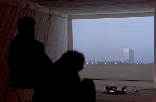 Do pyramídy sa na výstave dalo vojsť ako do miestnosti. Vnútri išiel videozáznam krajiny, ktorú postupne zahaľuje tma.