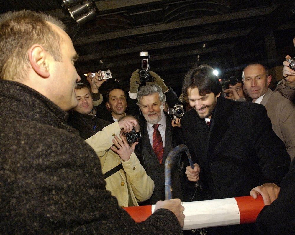 Slovenský a český minister vnútra Robert Kaliňák a Ivan Langer pília závoru na hraničnom priechode Drietoma - Starý Hrozenkov v roku 2007 po vstupe Slovenska do schengenského priestoru. Foto - TASR