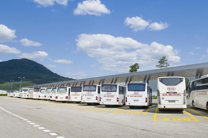 Kia si vopred nadiktuje, aké autobusy chce - musia mať napríklad klimatizáciu a polohovateľné sedačky. A musia byť biele, aby mohli byť na nich logá automobilky. Foto - Kia