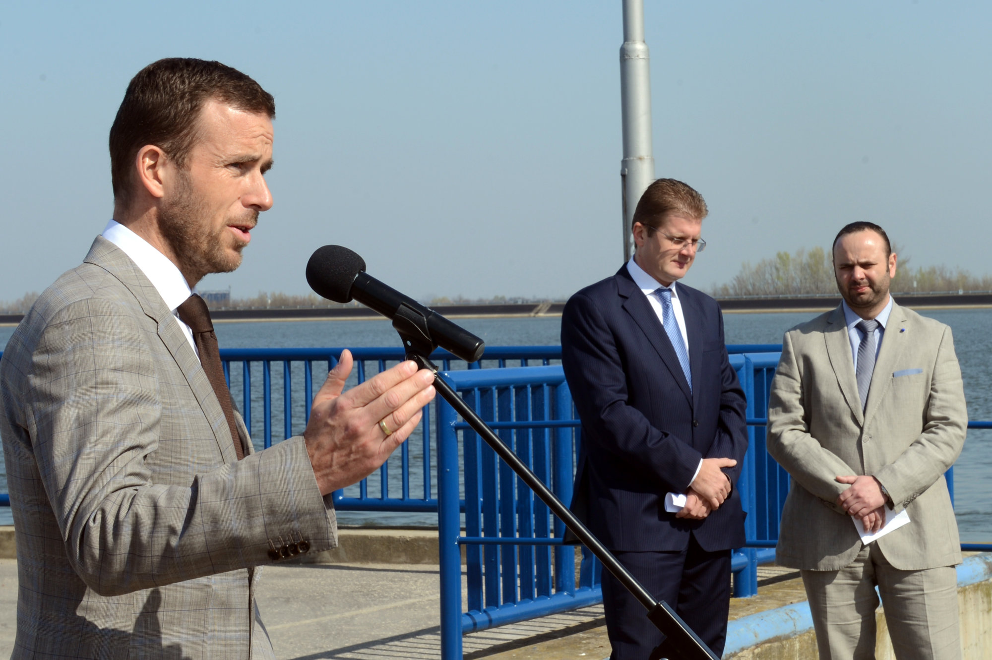 Štátny biznis s kompou cez Dunaj za milióny mieri ku Glváčovi – Denník N