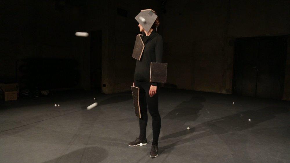 Zábery z videa, ktoré je súčasťou finálovej inštalácie Pavly Scerankovej na Cene Jindřicha Chalupeckého.