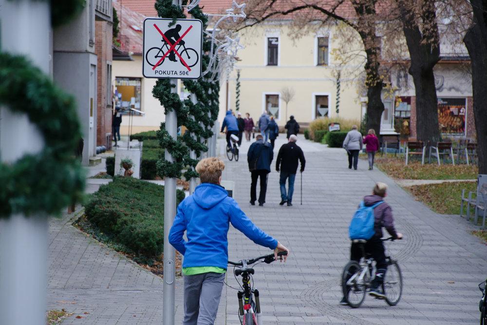 Bicykle na pešej zóne. foto N - Peter Kováč