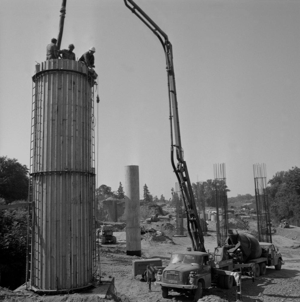 Na archívnej snímke z 23. júla 1987 v Bratislave stavba Mosta Mládeže cez Dunaj. Ïalšia spojnica medzi centrom a Petržalkou, ako aj dvoch dia¾nièných ahov vyrastá pri Lafranconi v Bratislave. Most Mládeže bude prvým s betónovou konštrukciou. Pri jeho výstavbe sa použije 24-tisíc kubických metrov vysokopevnostného betónu. Stavbu jedného z ôsmich podporných pilierov už stavbári ukonèili a zaèali práce na monolitickej èasti mosta. Spolovice je už hotový hlavný mostný pilier, ktorý stavajú budovatelia v koryte Dunaja pomocou ochrany dvojitej oce¾ovej ohrádzky. ažisko prác sa teraz sústreïuje na kameninové obklady drieku tohto piliera. Pokraèuje aj výstavba ïalších pilierov pod budúcou ¾avobrežnou estakádou. Na snímke èata Emila Mikulášika z n.p. Doprastav, závod 1, betónuje jeden z pilierov. FOTO TASR - Štefan Petrᚠ*** Local Caption *** archív archívna snímka fotografia sken scan bratislavský most Most Lafranconi Most mládeže Bratislava stavba mládeže doprava rieka Dunaj mostný objekt podporný pilier dia¾nièný most dia¾nica výstavba stavebníctvo