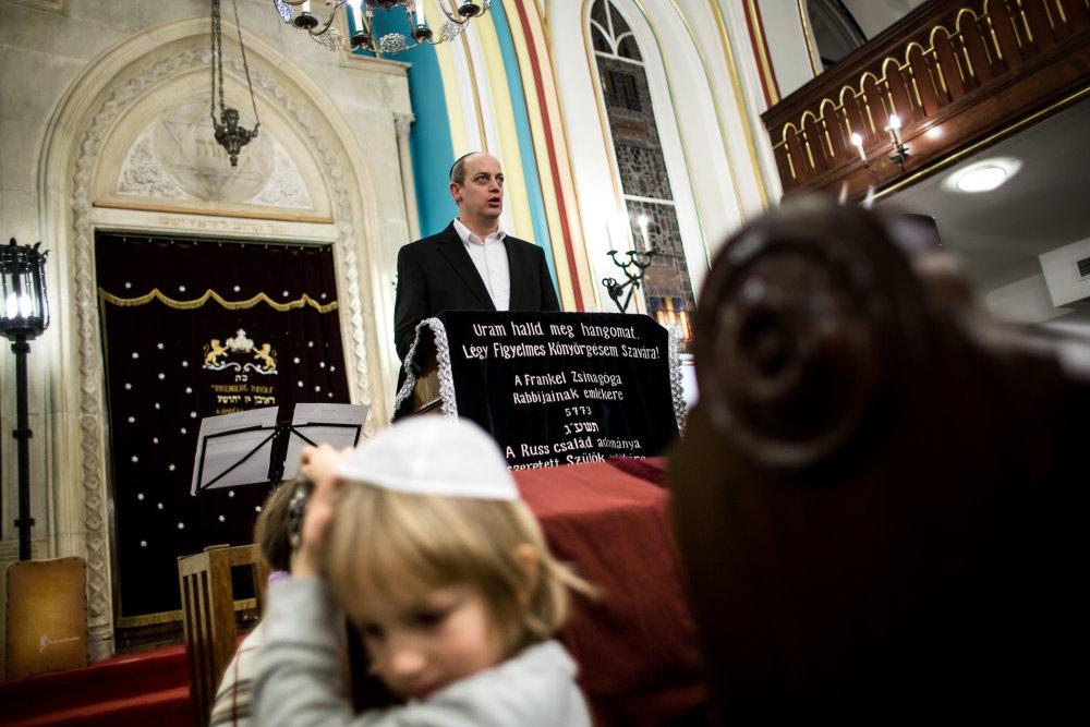 'Super rabi' Tamás Verő vo svojej synagóge na ulici Leo Frankela. Foto N - Vladimír Šimíček