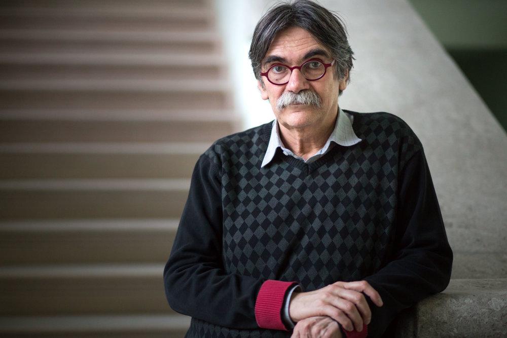 András Török, autor kultového kritického sprievodcu po Budapešti. Ak ho chcete niekde stretnúť, tak v kaviarni Spinoza máte veľkú šancu. Foto N - Vladimír Šimíček