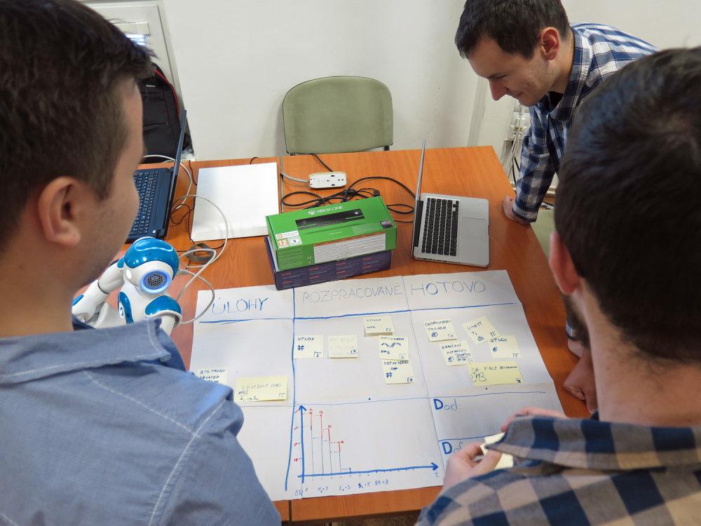 Študenti zaznemanávajú postup v práci na Scrum tabuli nazývanej aj Flip. Môže mať takúto papierovú podobu, ale využiť sa dajú aj digitálne riešenia. Flip ukazuje, čo všetko už študentský tím stihol urobiť a aké sú úlohy zostávajú. Foto: Filip Struhárik