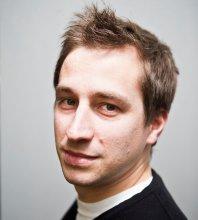 Nils Duquet (roč. 1980) vyštudoval sociológiu a politológiu na Vrije Universiteit v Bruseli. Desať rokov pracuje ako analytik vo Flámskom mierovom inštitúte, ktorý je zriadený flámskym parlamentom.