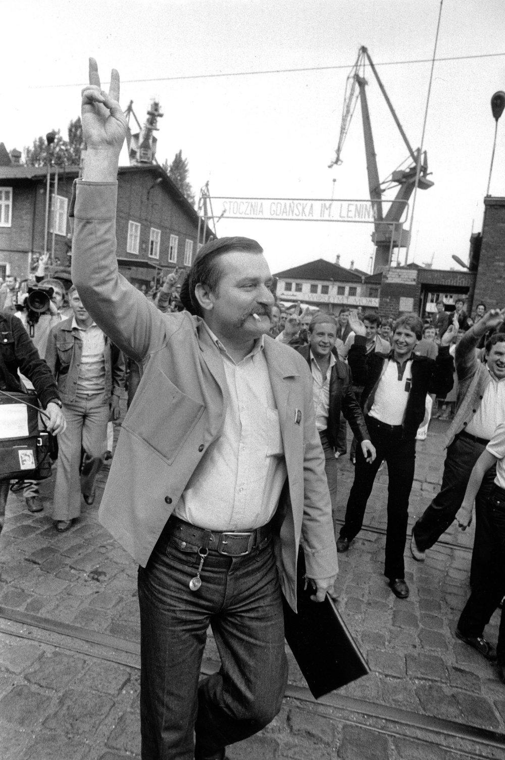 Poľský odborový predák Lech Walesa bol na čele protestov v Gdaňských lodeniciach, ktoré sa rozšírili po celej krajine. V roku 1981 ho zatkli na základe stanného práva, ktoré vyhlásil generálny tajomník Wojciech Jaruzelski. Foto - archív TASR